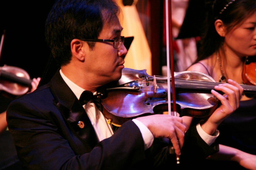 Weidoing playing violin